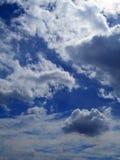 Wolken im Hintergrund des blauen Himmels Stockbild