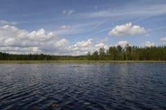 Wolken im See stockfotos