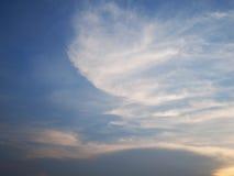 Wolken im Sonnenuntergang des blauen Himmels, Thailand Stockbilder