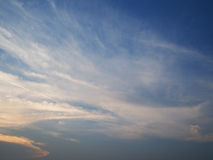 Wolken im Sonnenuntergang des blauen Himmels, Thailand Stockbild