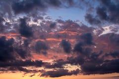 Wolken im Sonnenuntergang nach Regen Stockfotografie