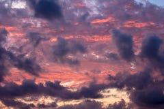 Wolken im Sonnenuntergang nach Regen Stockfotos