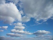 Wolken im sonniger Tagesblau Stockbild
