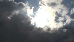 Wolken machten die Sonne vor dem Sturm undeutlich stock video