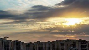 Wolken meer dan de woonwijk stock video
