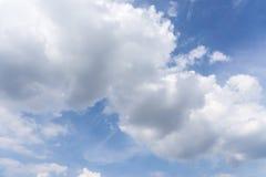 Wolken met blauwe hemelachtergrond Stock Foto