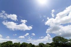 Wolken met blauwe hemelachtergrond Royalty-vrije Stock Afbeelding