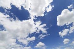 Wolken met blauwe hemelachtergrond Stock Fotografie