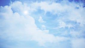 Wolken met de middagzon Animatie van wolken in de blauwe hemel stock foto