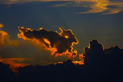 Wolken met denkbeeldige beelden stock afbeelding