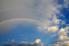 Wolken met een regenboog Multicoloured gebogen strook in firmame Royalty-vrije Stock Afbeelding