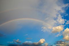 Wolken met een regenboog Multicoloured gebogen strook in firmame Stock Afbeeldingen