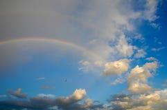 Wolken met een regenboog Multicoloured gebogen strook in firmame Stock Foto's