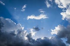 Wolken met zonneschijn royalty-vrije stock afbeelding