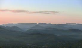 Wolken mit Berg und Baum Lizenzfreies Stockbild