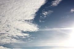 Wolken mit der hellen Sonne Lizenzfreie Stockbilder