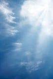 Wolken mit, die den Sunrays durch glänzen sind. Lizenzfreie Stockfotos