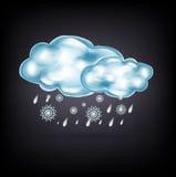Wolken mit Regen und Schnee auf Dunkelheit Stockfotos