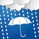 Wolken mit Regenschirm- und Regentropfen auf einem blauen Hintergrund