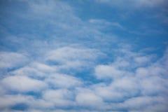 Wolken mit schöner Natur des blauen Himmels Lizenzfreies Stockfoto