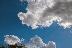 Wolken mit Sonne hinten Lizenzfreie Stockfotografie