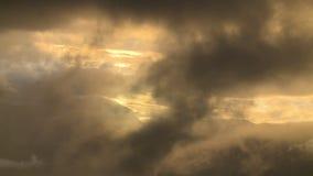 Wolken mit Sun, der durch emporragt stock video footage