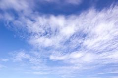 Wolken in motie in een blauwe hemel stock afbeelding