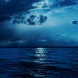 Wolken in nacht met moonlights over water Royalty-vrije Stock Foto