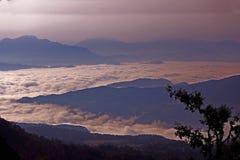 Wolken onder bergen stock afbeelding
