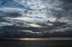 Wolken onder overzees Stock Foto's