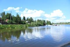Wolken onder Vasilyevka-rivier royalty-vrije stock foto's