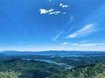 Wolken op bergen stock fotografie