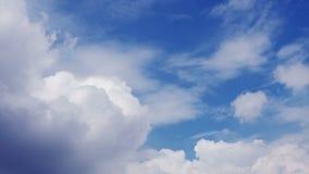 Wolken op blauwe hemel stock videobeelden