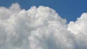 Wolken op blauwe hemel stock video