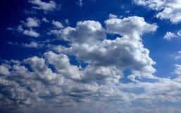 Wolken op blauwe hemel Stock Afbeeldingen