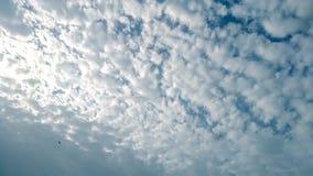 Wolken op blauwe hemel Stock Foto