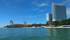 Wolken op blauwe hemel met hoge wolkenkrabbersgebouwen en oceaanbehang als achtergrond, royalty-vrije stock afbeelding