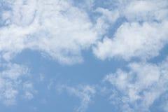 Wolken op blauwe hemelachtergrond Royalty-vrije Stock Afbeeldingen