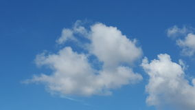 Wolken op blauwe hemelachtergrond Stock Afbeelding