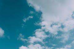 Wolken op blauwe hemelachtergrond Stock Foto