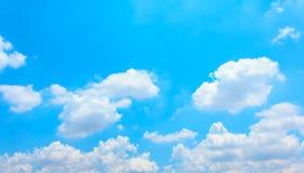 Wolken op de blauwe hemel Stock Fotografie