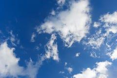 Wolken op de blauwe hemel Royalty-vrije Stock Afbeeldingen