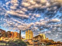 Wolken op de stad royalty-vrije stock afbeelding