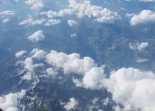 Wolken op een achtergrond van bergen Royalty-vrije Stock Foto's