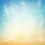 Wolken op een geweven uitstekende document achtergrond Stock Afbeeldingen