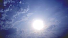 Wolken op hete blauwe hemel stock videobeelden