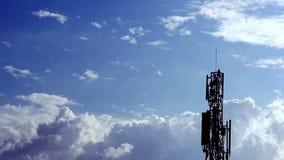 Wolken op hete blauwe hemel met netwerktoren stock videobeelden