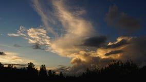 Wolken op zonsondergang. Avond. Stock Foto's