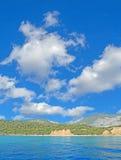 Wolken over Cala Gonone kust Stock Foto's