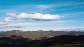 Wolken over de Beboste Bergen Tijdtijdspanne 4K stock videobeelden